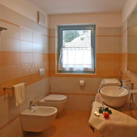 Bathroom with the alpenglow colours, circular box shower and washing-machine